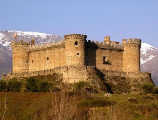 CASTLES OF SPAIN - Castillo de Mombeltran. Ávila. También conocido como el Castillo de los Duques de Alburquerque, es una sólida construcción del siglo XV situada en la localidad de Mombeltrán, en la provincia de Ávila, es uno de los castillos más originales de Ávila y de España dado que sus formas no son del todo convencionales y que se encuentra enclavado en un entorno de extrema hermosura. Un momumento imponente dentro de un paraje excepcional de la Sierra de Gredos.