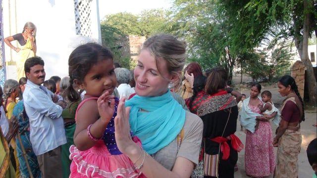 Dedicato a Surya e Murali – Studio Gayatri Monza   Ogni viaggio in India è un misto di smarrimento e allegria, di volontariato e pause in pieno relax. In questo video vediamo Surya e Murali (il nome indiano di Milena) in attimi ludici, circondate dall'affetto di tanti bambini e gente semplice e spontanea. E' bello anche incontrare sconosciuti per strada che ti chiedono di essere fotografati con loro. Da noi non accade ed è davvero una piacevole sorpresa ogni volta che succede. Grazie in…