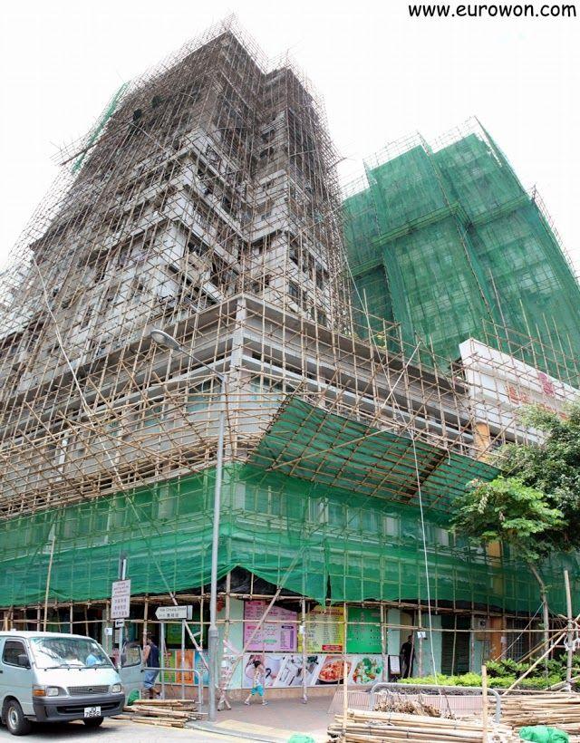 Edificio de Hong recubierto por una estructura de andamios de bambú.