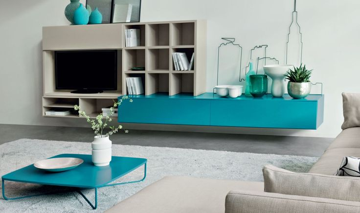 SISSI... Le basi e il tavolino, nella stessa tonalità laccato Pavone, caratterizzano lo spazio giorno con una nota di colore intensa e inconfondibile. Il colore e la forma ti piacciono?