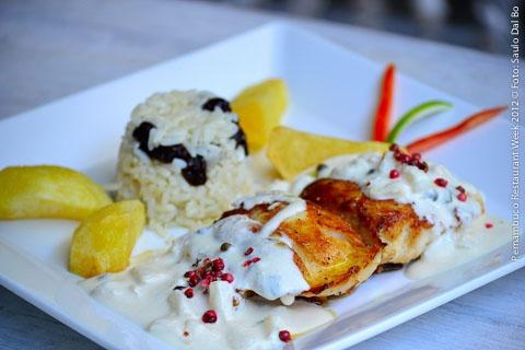 DOMINGOS RESTAURANTE (almoço)  Garoupa do Chef   Grelhada com molho de abacaxi picante acompanhado de batata dourada e arroz com passas