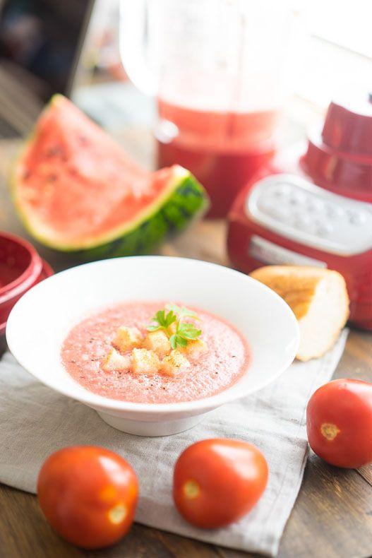 Лёгкий холодный суп в стиле гаспачо Если вам постепенно начинают надоедать вариации окрошки со всевозможными «заливками», пора обратить взор на что-то более экзотическое, но такое же освежающее.