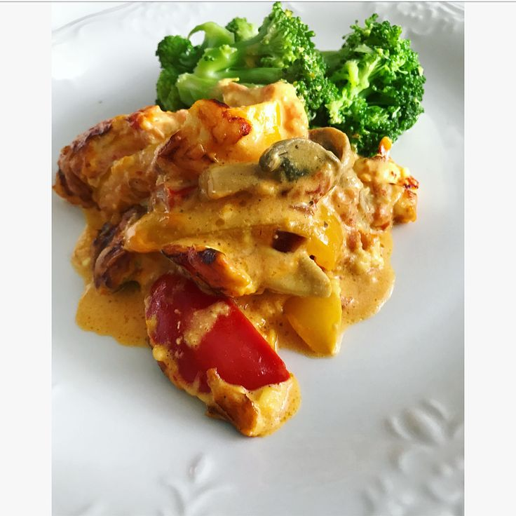 LCHF kycklinggratäng med curry och paprika, recept: stek 2 kycklingfiléer delat i två för att få dem lite tunnare 2-3min på varje sida. fräs 2 strimlade paprikor, skivade champinjoner och lök. Lägg kyckling i botten i ugnssäker form, toppa med grönsaker. Sås = 1/2 pkt krossade tomater, 2 dl créme fraîche, 1 dl grädde, 2 pressade vitlöksklyftor, curry, 2 tsk paprikapasta (den starka) 2 msk kyckling fond, salt & peppar. Blanda och häll över, toppa med riven ost och gratinerade 225* 20-35 min.