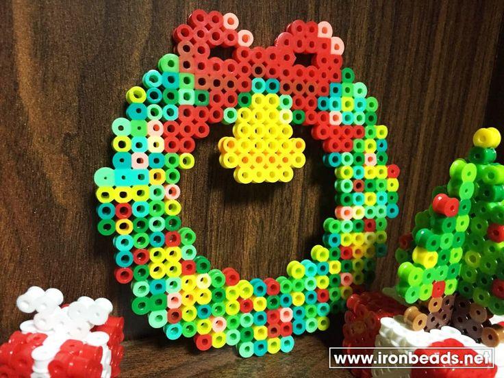 皆様こんにちわ。 クリスマスに必要な飾りと言えば「クリスマスリース」ですよね。様々な手法で作られますが、ぜひアイロンビーズで作ってみてはいかがでしょうか?これも間違いなく手作りです。 パーラービーズはポップで鮮やかな色が多いため、明るいリー...
