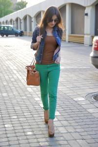 С чем носит зеленые джинсы