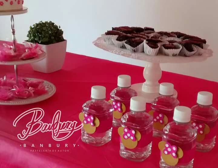 Para la mesa dulce hicimos merengues, brownies, chocolates, cakepops, galletas de mantequilla y botellitas de agua decoradas