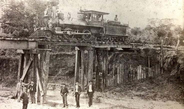FERROCARRIL DE CUCUTA a finales del siglo XIX. Esta fue la principal obra realizada en Cucuta después del terremoto en 1875. Su primer trayecto de 60 kms. Desde la estación Cucuta a puerto Santander, se inauguró el 30 de junio de 1888