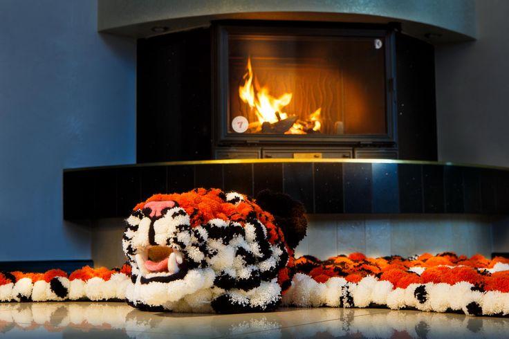 В интерьер каминного зала прекрасно впишется шкура! Прелесть в том, что наша шкура, хоть и состоит из натуральных материалов, не наносит вреда живой природе. #помпон #пумпон #тепло #уют #вязание #ручнаяработа #fashion #home #handmade #уют@artpompon
