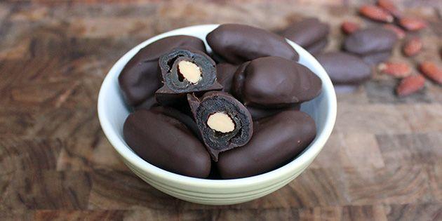 Super god opskrift på sundt slik med dadler og mandler, som overtrækkes med dejlig mørk chokolade.
