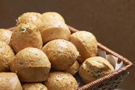 Tra le ricette che si possono realizzare con il bimby, andremo ora a preparare i muffins salati alle verdure; quindi se avete un po' di verdure da smaltire o perché avanzate cotte oppure perché si stanno lentamente deteriorando nel vostro frigorifero, con questi muffins potrete riciclarle preparando un ottimo antipasto. Se consideriamo che la nostra ricetta verrà realizzata con l'aiuto del bimby, allora il risultato sarà perfetto, perché i nostri muffins risulteranno soffici e morbidi ed…