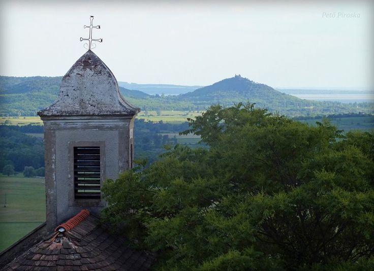 Csobánc, Szent Donát kápolna, háttérben a Szigliget  13310554_392795534224546_5653744432519847122_n.jpg (960×697)