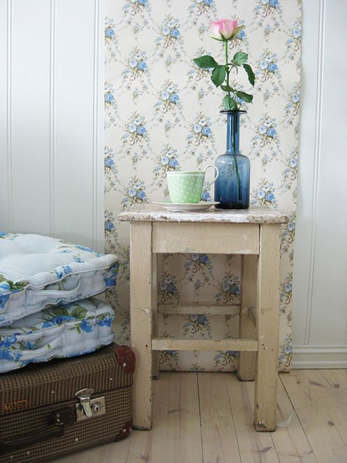 Pretty blue floral vintage wallpaper a girl 39 s home is - Pareti shabby chic ...
