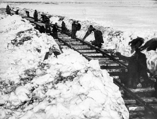 Arbeitslager Workuta: Todesprojekt: 1939 wurden die Workuta-Häftlinge mit dem Bau einer Eisenbahnstrecke nach Kirow beauftragt, um die Steinkohle aus Workutas Schächten besser abtransportieren zu können. Der Bau der Eisenbahnlinie wurde erst 1942 abgeschlossen und derart rücksichtslos vorangetrieben, dass es bald hieß, unter jeder Bahnschwelle liege ein toter Häftling.