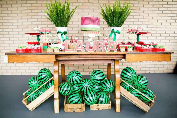 Mesa de festa infantil decorada com melancias - Foto divulgação