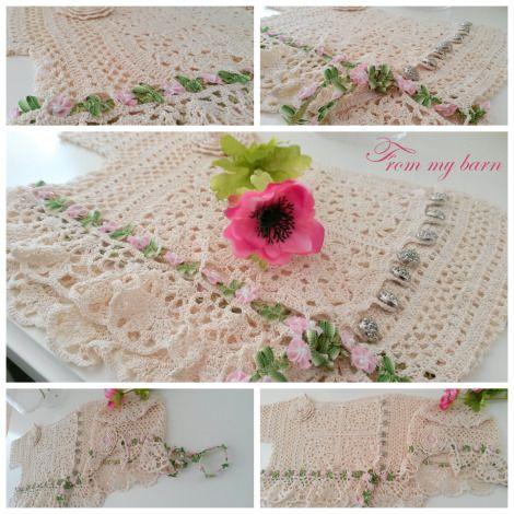 Voor het bruidsmeisje: gehaakt vestje en hoedje met kant, lint en bloemen.