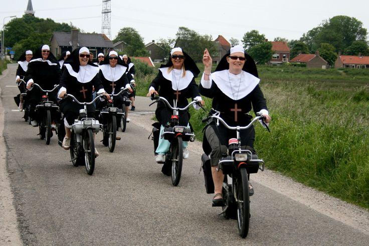 Nonnen op de solex