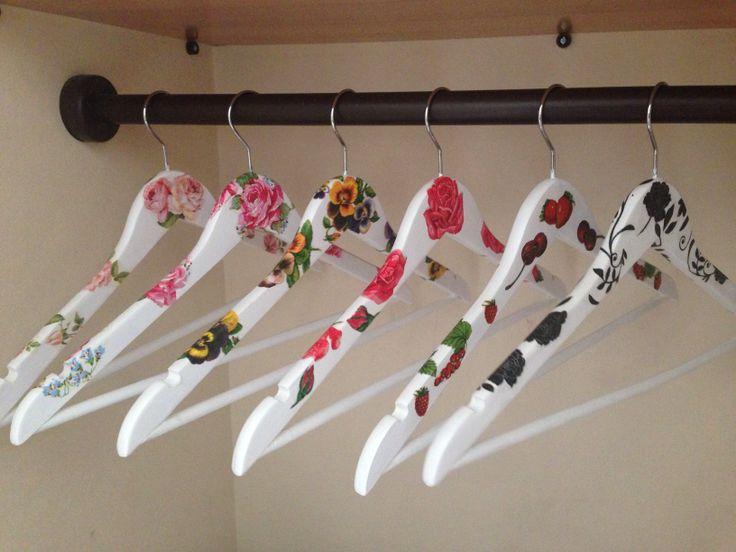Colgador de ropa con decoupage mis artefactos creativos for Colgadores para ropa
