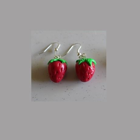 Boucles d'oreille fraises, crochets argentés : Boucles d'oreille par ludifimo