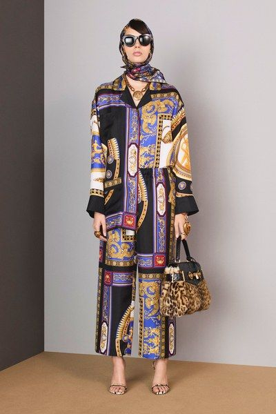 See the complete Versace Pre-Fall 2018 collection.