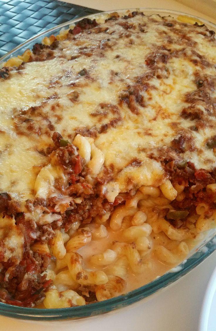 En krämig pastagratäng med mycket ostsås och en läcker köttfärssås. Japp, mycket ostsås ska det vara, inte en torr och tråkig gratäng.
