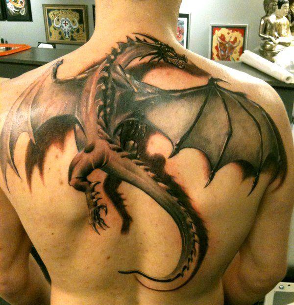 Tatuagem de um dragão nas costas com efeito 3D (bonita demais!!!!)