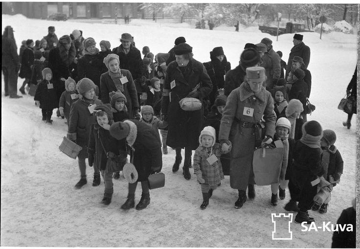 Finnish war children leaving Turku to go to Sweden or Denmark.