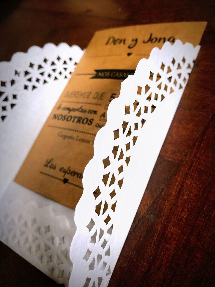 Invitación Papel Madera con sobre blonda 10x15  #Invitaciones #Casamiento #Bodas #Diseñografico #Papeleria #WeddingPlanner #Organizaciondeeventos #Wedding #Desing #Invitacionesdeboda #Blonda #Invitacionconblonda