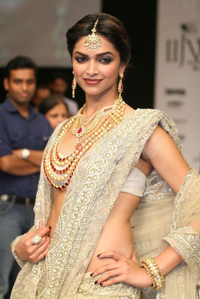 www.sameepam.com i think the pearls are a bit much but i really love the lace in this sari !