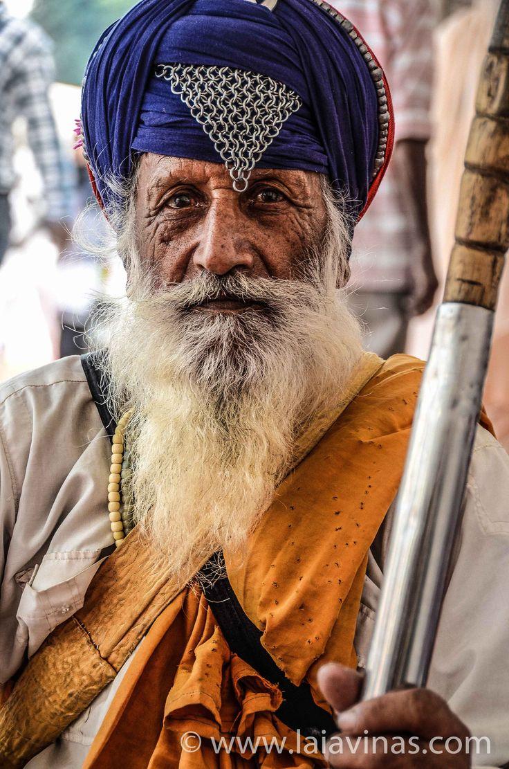 Sij en el Golden Temple. El sijismo es una religión india fundada por Gurú Nanak, que se desarrolló en el contexto del conflicto entre las doctrinas del hinduismo y del islam durante los siglos XVI y XVII. Los sijes practicantes deben llevar siempre: - kesh: pelo largo sin cortar - khanga: un pequeño peine de madera para recogerse el pelo - kara: un brazalete metálico - Kashera: ropa interior de algodón - kirpán: en sus orígenes era una espada ceremonial.