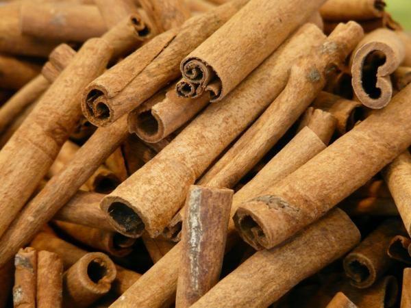 Comment faire de l'huile essentielle de cannelle. L'huile essentielle de cannelle est une des huiles les plus appréciées du monde de l'aromathérapie. Elle est caractérisée par son arôme bien spécial mais aussi pour les propriétés thérapeuthioque qu'e...