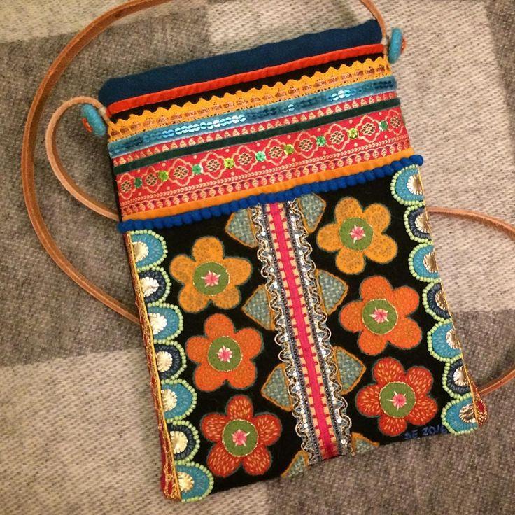 Väskan jag började på under vårens helgkurs Brodera på ylle med otroligt inspirerande @annawengdin är nu klar. Små stygn, pärlor och annat finlir tar ju lite tid, men är också mycket roligt och jag känner mig väldig nöjd! Och har nu börjat på ett nytt projekt … (Storlek: 20x25 cm) #yllebroderi #grannlåtsbroderi #broderi #brodera #slojdiskane