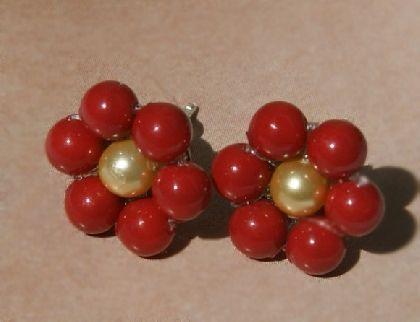 Cercei Delicate Flower , model stud (cu tija) perle Swarovski red coral si auriu, placati cu argint, by BanaDesigns, 20 Lei