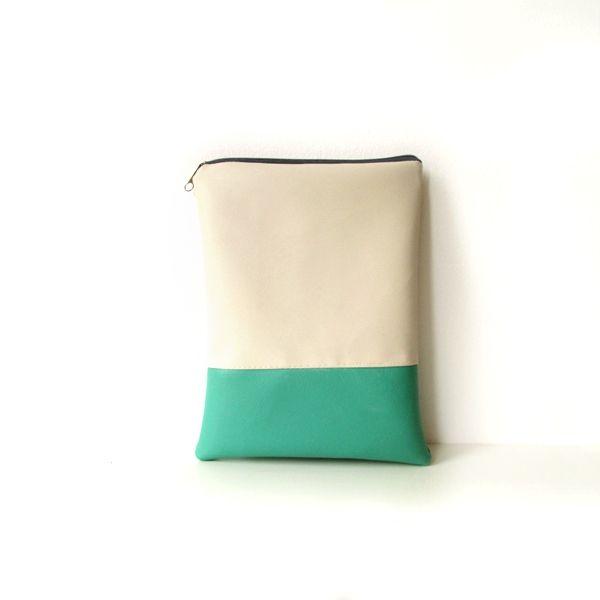 Porta iPad panna e verde acqua (via Shoppable)