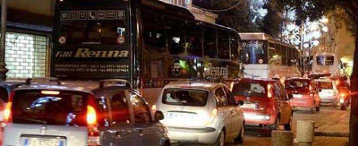 Salerno: Caos Luci d'artista, ci si mette anche lo sciopero dei treni, altra domenica di disagi
