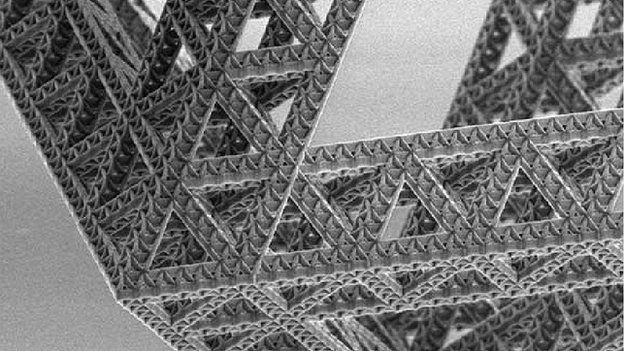 | Metamateriais | Arranjo dos nanotubos cerâmicos | Na California Institute of Technology são estudados tubos de cerâmicas que após serem comprimidos até 50% voltam ao seu estado inicial! O que é muito impressionante considerando que as cerâmicas geralmente são materiais frágeis e possuem uma recuperação elástica insignificante. A técnica utilizada foi construir uma camada atômica por vez para criar uma rede de tubos cerâmicos ocos, que possuem espessura na escala nanométrica.