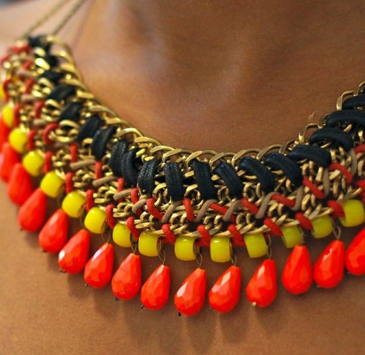 Fertige Ketten können mit Lederbändern und Perlen verziert werden