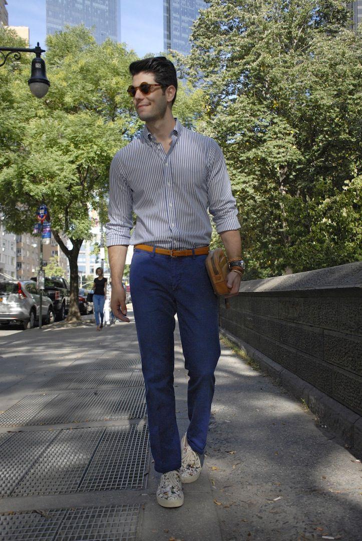 Look para homens com camisa listrada, calça azul marinho e tênis floral em Nova York