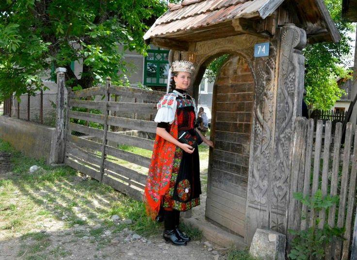 Magyar népviseletek - Muszujos leány viselete - Kalotadámos - Kalotaszeg - Erdély. Foto: Vas Géza