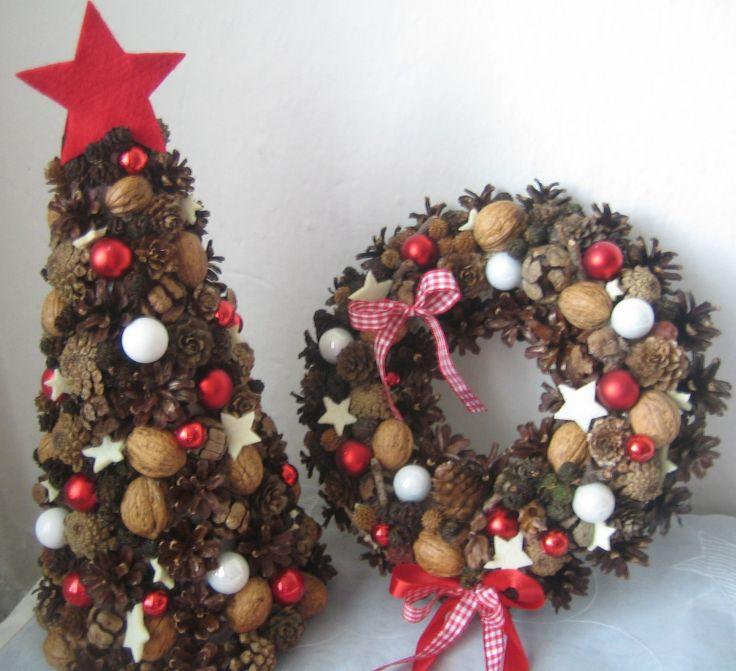 Vánoční stromeček 2 Vánoční stromeček z přírodního materiálu o výšce cca 30cm a šířce cca 17cm. Velmi trvanlivá vánoční dekorace. Ve svém zboží mámještě jedenzávěsný věnec na dveře v podobném stylu.