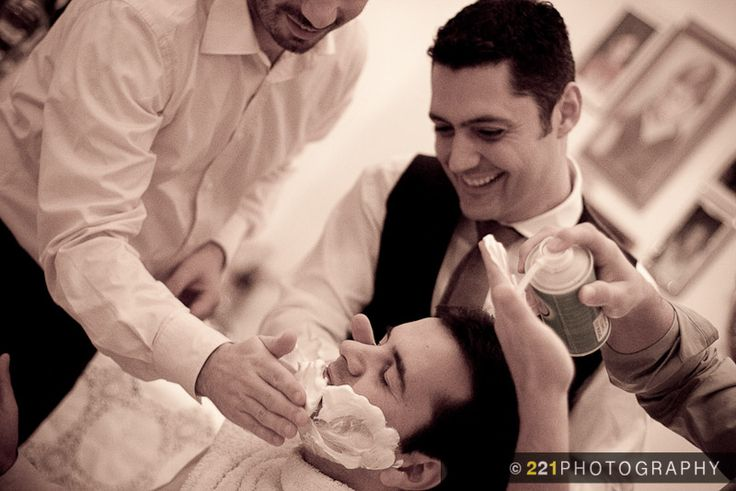 Στο τέλος ξυρίζουν τον γαμπρό!  - Two to One Wedding Photography - 221photography.gr