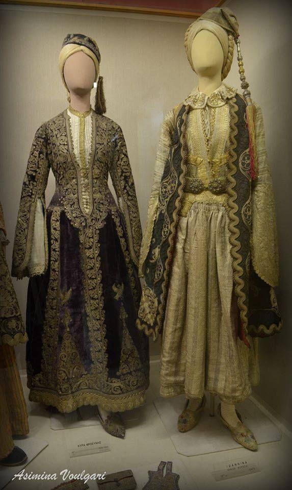 1. Αστική Ενδυμασία από τα Ιωάννινα. Αρχοντική φορεσιά του 19ου αι. Ανήκε στην Κυρά Φροσύνη, θρυλική αρχόντισσα των Ιωαννίνων.  2. Ιωάννινα, νυφική φορεσιά, λεπτομέρεια, 18ος αιώνας. Εθνικό Ιστορικό Μουσείο, Αθήνα Φωτογραφία: Ασημίνα Βούλγαρη