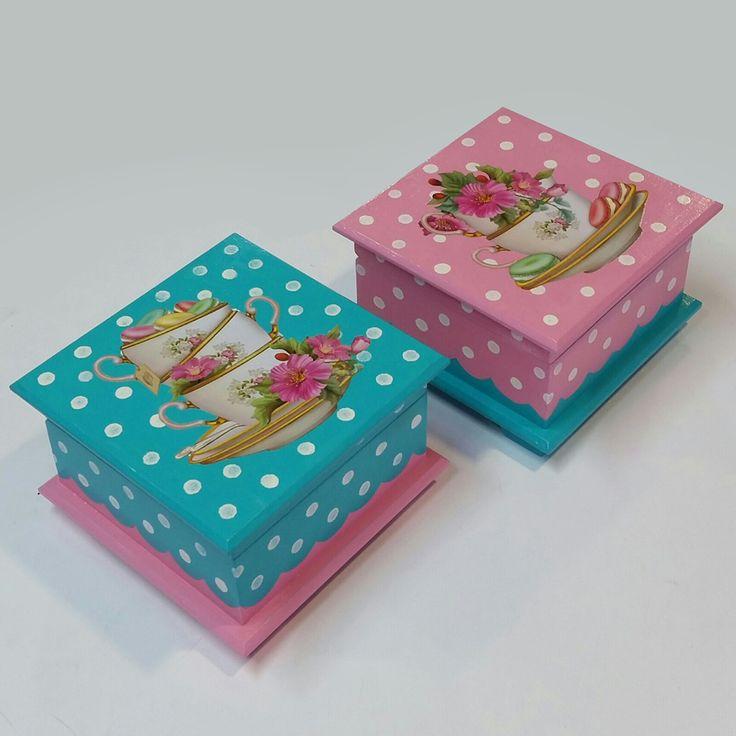 Siga os passos para fazer essas caixinhas super mimosas: Para pintar as caixinhas de chá e fazer uma decoupage no meio de poazinhos você vai precisar da Base para Artesanato, para preparar a peça e...