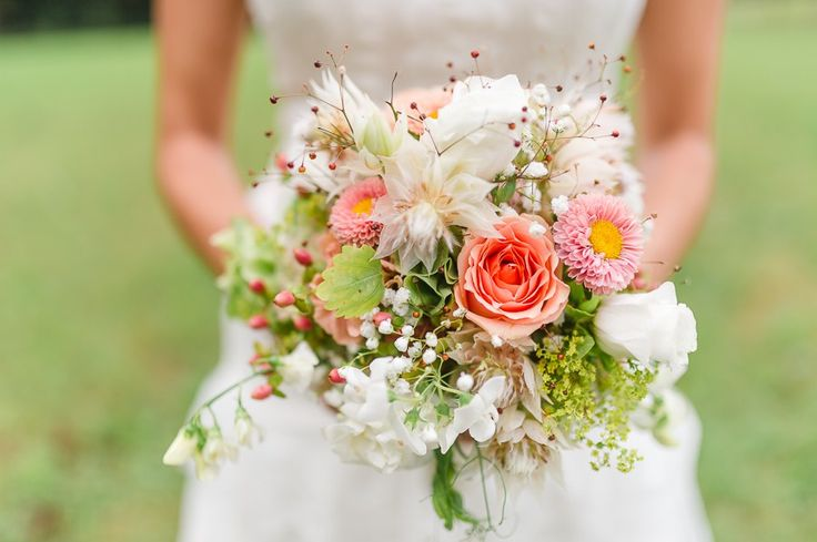 Brautstrauss für die Gypsy-Braut im Boho-Stil der 20er Jahre, natürlich und wild, in weiß, pfirsich und rosa-orange