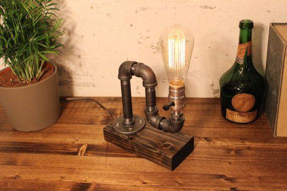 Industriële verlichting - Steampunk Lamp - tafellamp - Edison licht - Vintage Light - Pipe Lamp - bed Lamp - rustieke verlichting - Loft licht   Industriële stijl tafellamp met een rustieke vintage Edison gloeilamp licht. Tafellamp zit op een prachtig afgewerkte houten base.  ADD ON: Wij bieden een volledig gamma dimmen socket om enkel de juiste stemming! De dimmer wordt geleverd in zilver en messing, deze dimmer is verkrijgbaar in onze winkel als een toevoegen op aankoop! Hier: https:/&...