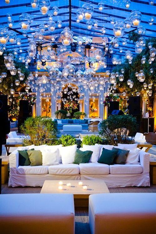 Decoraciones con copones con velas LED en el techo, para un ambiente acogedor. #DecoracionBodas