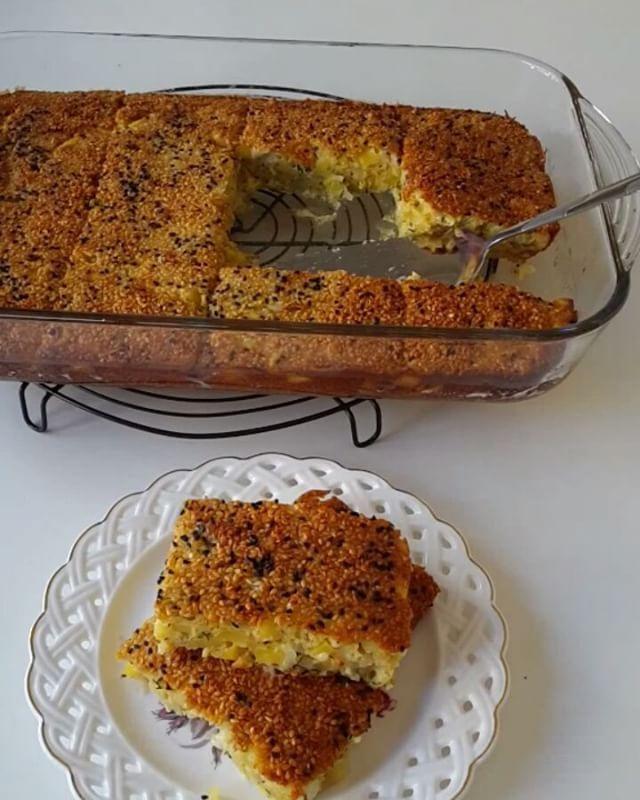Patatesli Kek Tarifi için Malzemeler   4 adet yumurta  1 su bardağı yoğurt  1 su bardağı sıvı yağ  2 su bardağı un  1 tatlı kaşığı tuz  2 adet küp küp doğranmış patat