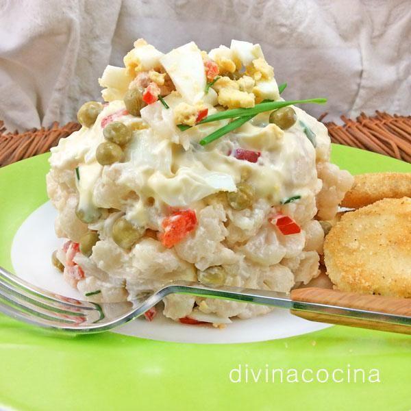 La ensaladilla de coliflor admite ingredientes a tu gusto, puedes sustituir las aceitunas por unas judías verdes o guisantes cocidos o añadir pimientos morrones picaditos.
