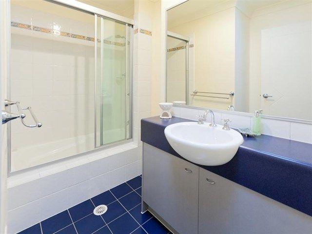 #raywhitehollandpark #realestate #realestatephotography #brisbane #bathroom #blue