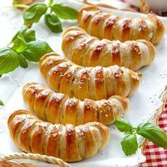 Lättbakade gifflar fyllda med med ost, skinka och basilika.