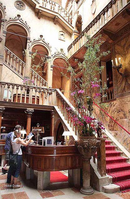 Turismo cultural. Alojamiento en Venecia (Italia) ubicado en contexto patrimonioal. Equipamiento complementario en edificio antiguo. Vista de su recepción.